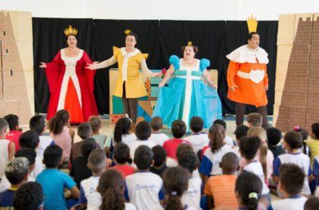 Peça teatral aborda temas da atualidade em escola de Itupeva
