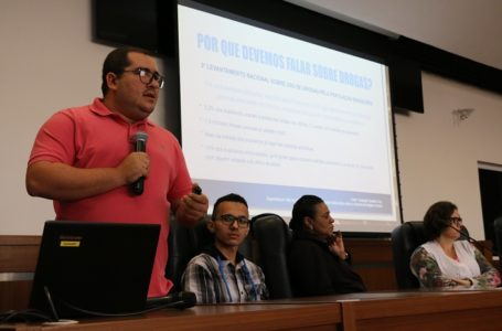 Mais de 100 alunos da rede estadual participaram de palestra sobre combate ao uso de drogas na Câmara