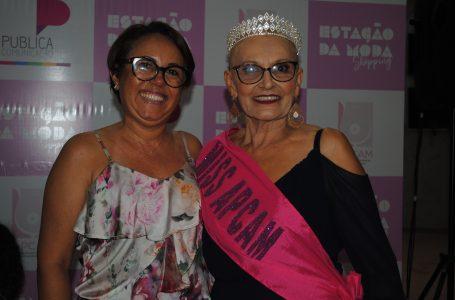 Desfile exalta a força e a luta de mulheres contra o câncer de mama