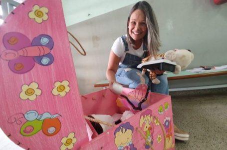 Professora abre baú e encanta crianças com a leitura em Cabreúva