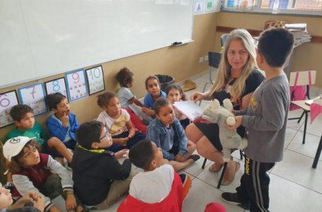 Cachorro de pelúcia passeia pela casa dos alunos e deixa lições de amor e responsabilidade em Cabreúva