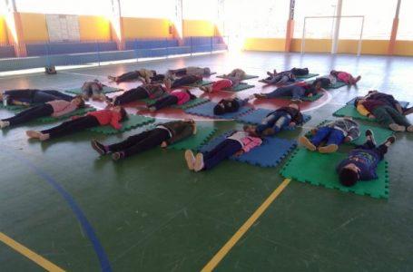 Professora inclui técnicas de respiração e meditação no cotidiano escolar em Cabreúva