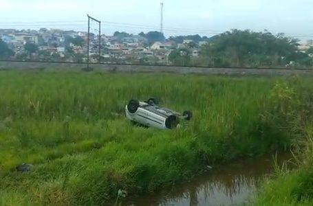 Motorista fica ferido ao capotar carro na marginal do Rio Jundiaí