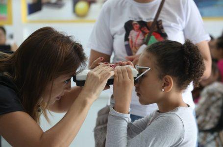 Projeto Ver e Viver: Crianças escolhem a armação dos óculos que irão ganhar em Cajamar
