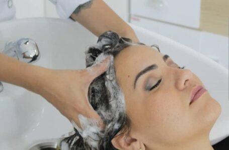 Pré-shampoo, frequência, temperatura da água e secagem: Tricologista tira todas as dúvidas na hora de lavar o cabelo
