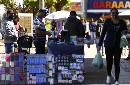 Intenção de consumo das famílias volta a crescer após cinco quedas