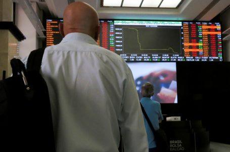 Dólar sobe com mercado à espera de estímulos do governo americano; bolsa cai