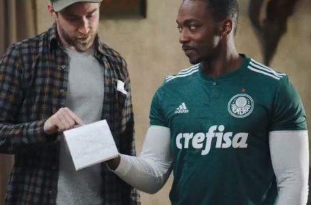 Anthony Mackie, o Falcão de 'Vingadores', aparece em foto usando camisa do Palmeiras