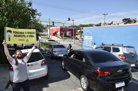 Campanha nos cruzamentos alerta sobre riscos no trânsito em Jundiaí